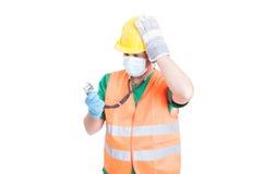 Verwarde arts of dokter die bouwerskleren dragen royalty-vrije stock fotografie
