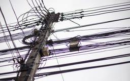 Verwarde Elektrodraad op Elektriciteitspost, Royalty-vrije Stock Foto