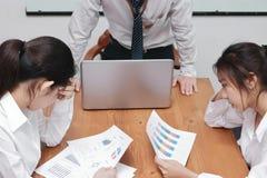 Verwarde gedeprimeerde jonge Aziatische bedrijfsmensen die aan streng probleem tussen vergadering in conferentieruimte lijden stock fotografie