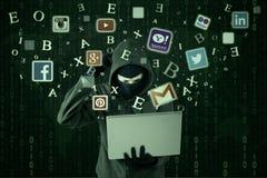 Verwarde hakker die sociale netwerkidentiteitskaart stelen Royalty-vrije Stock Afbeelding