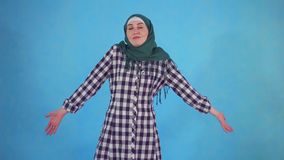 Verwarde jonge Moslimvrouw in hijab stock footage