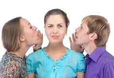 Verwarde jonge vrouw en twee mensen stock afbeeldingen