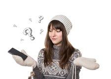 Verwarde jonge vrouw met slimme telefoon Royalty-vrije Stock Foto's