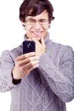 Verwarde kerel die op smartphone schieten Stock Fotografie