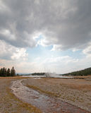 Verwarde Kreek die Heet Meer onder cumulus cloudscape in het Lagere Geiserbassin tegenkomen in het Nationale Park van Yellowstone stock foto