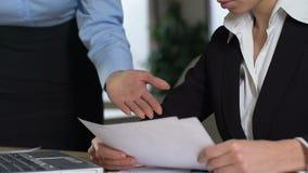 Verwarde secretaresse die aan schreeuwende vrouwelijke werkgever, het werkconflict, fout luisteren stock footage