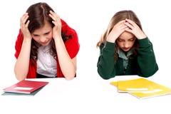 Verwarde studenten die hun hoofden houden Stock Foto's