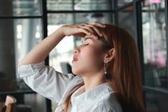 Verwarde verstoorde jonge Aziatische bedrijfsvrouw die aan streng van depressie in werkplaats lijden royalty-vrije stock foto's