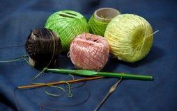 Verwarde verwarring van gekleurd garen voor het breien en haaknaalden Stock Afbeelding