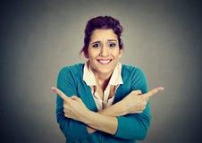 Verwarde vrouw die in twee verschillende richtingen wijzen Royalty-vrije Stock Foto