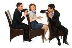 Verwarde vrouw tussen mannen bespreking Stock Afbeelding
