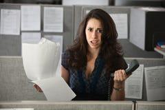 Verwarde Vrouwelijke Werknemer stock afbeeldingen