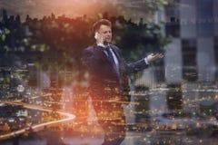 Verwarde zakenman die op mobiele telefoon communiceren royalty-vrije stock fotografie