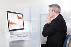 Verwarde zakenman met computer Royalty-vrije Stock Foto's