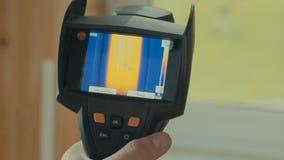 Verwarmd venster, de lezingen van thermische imager stock video