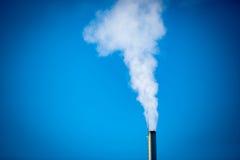 Verwarmingspijp en rook op duidelijke hemelachtergrond stock fotografie