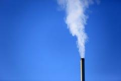 Verwarmingspijp op blauwe hemelachtergrond royalty-vrije stock fotografie