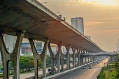 Verwarrende weguitwisseling met viaduct Stock Afbeeldingen