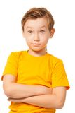 In verwarring gebrachte jongen in gele t-shirt Stock Foto's
