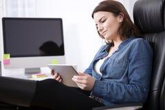 In verwarring gebrachte onderneemster die haar tablet bestuderen Stock Fotografie