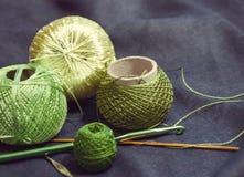 Verwarring van gekleurd garen voor het breien en haaknaalden op een blauw Royalty-vrije Stock Afbeelding