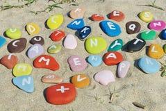 Verwarring van kleurrijke brieven op het zand Stock Fotografie