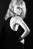 Verwegenes Mädchenmodell im schwarzen ledernen Kleid, Art von stockbilder