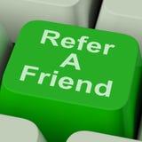 Verweisen Sie einen Freund, Schlüssel-, denshows Person vorschlagen lizenzfreies stockbild