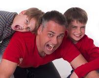 Verwende kinderen op hun vaders achter, challeges  Stock Afbeeldingen