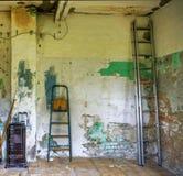 Verwende ruimte in een veronachtzaamd lelijk huis met afschilferende verf op Th stock fotografie