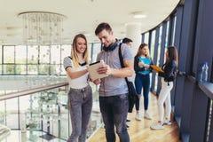Verwendende Studenten sie digitale Tablette in einer Universit?t lizenzfreies stockfoto