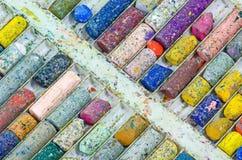 Verwendete Zeichenstiftfarbe auf Behälter Stockbilder