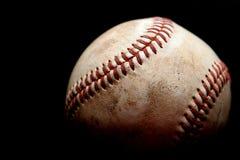 Verwendeter Baseball über Schwarzem lizenzfreie stockbilder