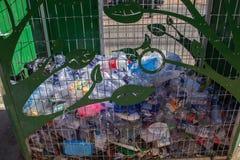 Verwendetes Plastikverpacken in einem speziellen Abfallbehälter stockbild