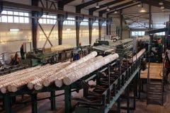 Verwerking van hout bij de zaagmolen stock fotografie