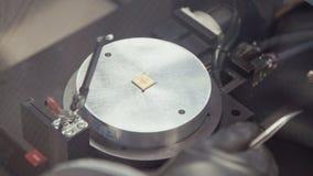 Verwerking van microchip door een koudlassenmachine stock footage