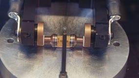 Verwerking van microchip door een koudlassenmachine stock videobeelden