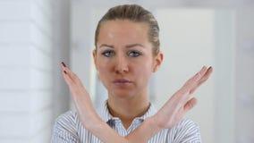 Verwerpen, die Vrouwenportret in Bureau ontkennen stock video