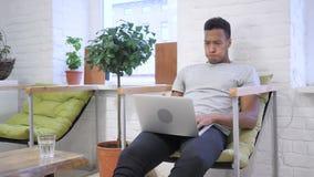 Verwerping, Ontkenning van het Werk voor Werkloze Afrikaanse Ontwerper stock videobeelden