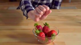 Verwerping van de aardbeien Voedselallergie voor aardbeien in een jonge vrouw stock footage