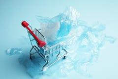 Verwerping van plastic zakken in opslag Het geven voor het milieu royalty-vrije stock foto