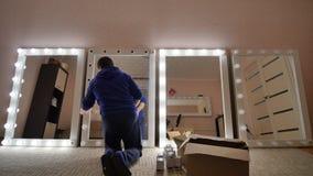 Verwezenlijking en reparatie van samenstellingsspiegels De kerel herstelt zijn spiegels stock footage