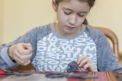 verwezenlijking het meisje naait stuk speelgoed dat van gevoeld wordt gemaakt Het meisje naait een grijze muis Het meisje naait e royalty-vrije stock foto