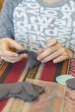 verwezenlijking het meisje naait stuk speelgoed dat van gevoeld wordt gemaakt Het meisje naait een grijze muis Het meisje naait e stock afbeeldingen