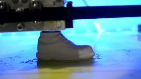 Verwezenlijking op de 3D printer in de vorm van een schoen stock videobeelden
