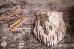 Verwezenlijking van beeldhouwwerk van pleister Leeuw` s Hoofd Pleisterworkshop tooling royalty-vrije stock fotografie