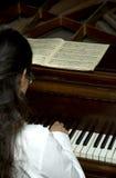 Verwezenlijkte Pianist bij de Piano Stock Afbeelding
