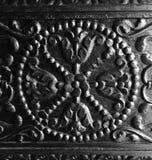 Verwickelte Kunstfertigkeit auf antiker hölzerner Tür Stockfotografie