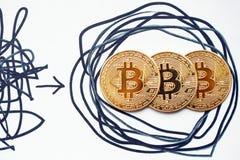 Verwickelte Strategien und offensichtliche Lösungen Bitcoin macht es möglich, damit alle Leute Dezentralisierung gewinnen investi stockfotografie