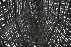 """Verwickeltes Metallbau †""""innerhalb eines Metallbaus, der das Stahlwerk betrachtet Lizenzfreies Stockbild"""